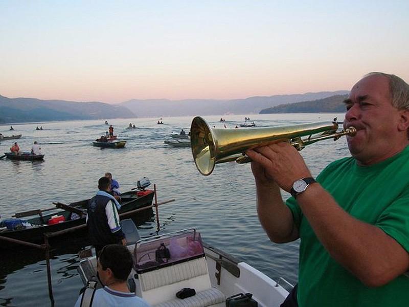 Zlatna-bucka-Djerdapa-2015-2-polazak-na-vodu-sa-trubacima